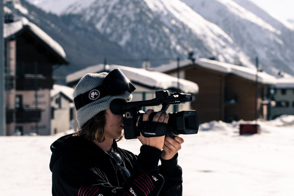 Jacco Bos filming for Urlaub In Italien while wearing his favorite Bakedsnow snowboard goggle